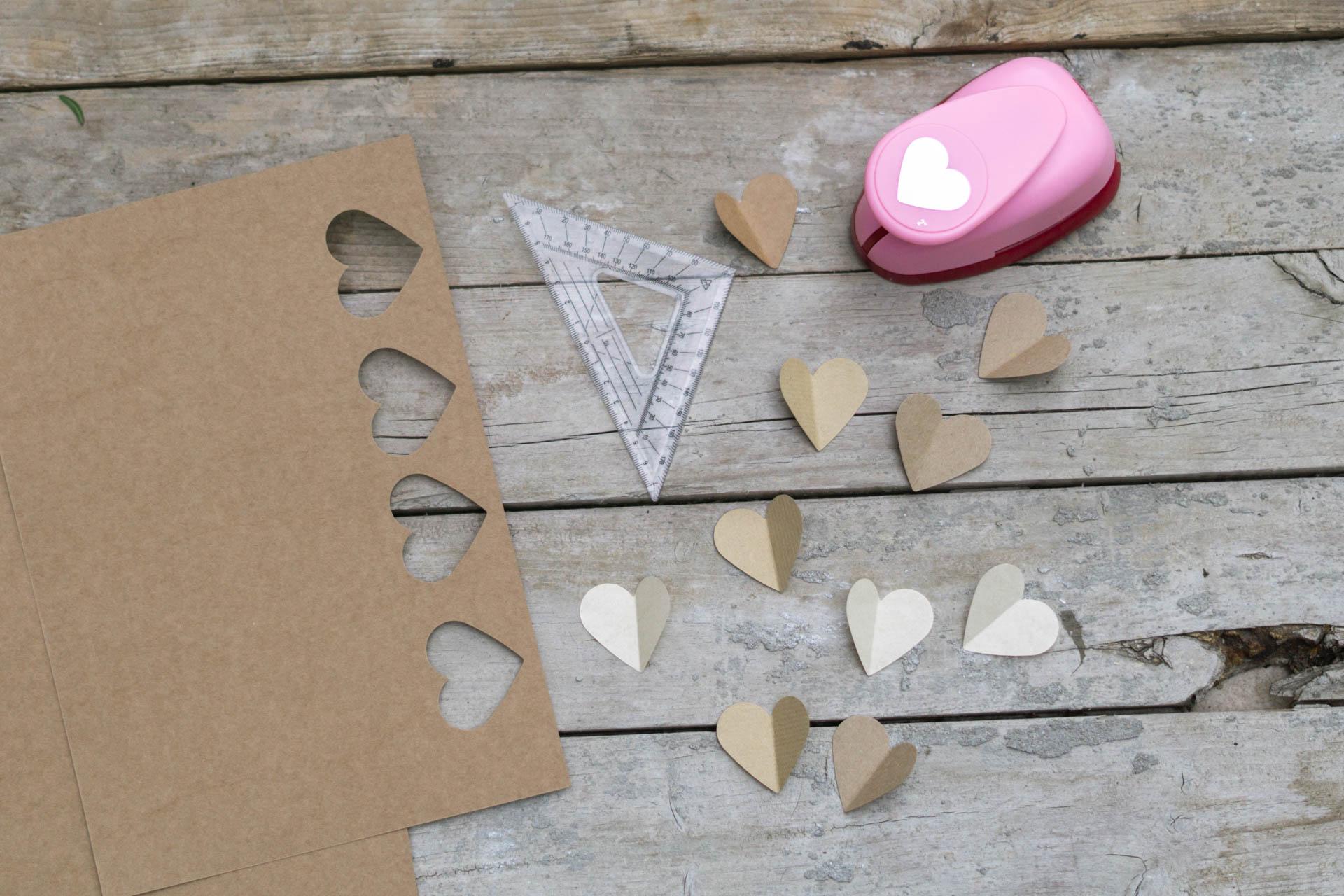 Gaestebuch Idee zur Hochzeit Leinwand mit Papierherzen