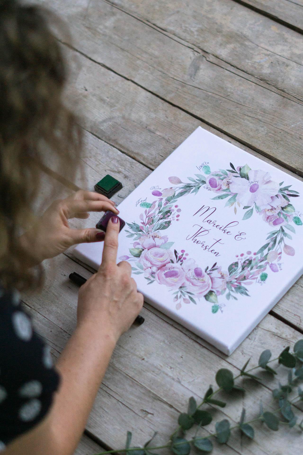 gaestebuch_idee_kleine_hochzeit_tiny_wedding_leinwand_blumenkranz_h7-1-von-1